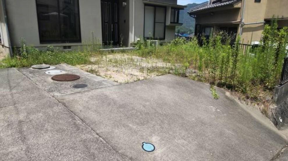 駐車場 【リフォーム前写真】駐車場は一部土間を打ち直します。草木伐採しますので、3台駐車可能になります(車種による)。