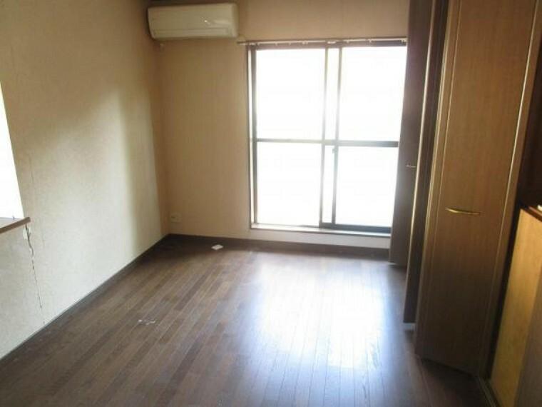 洋室 【リフォーム前写真】2階洋室の写真です。こちらのお部屋はクローゼットが2つあり、しっかりと収納して頂けますのでお部屋を広くお使いいただけますよ。天井・壁はクロス張替え、床はフロア張替えを行います。