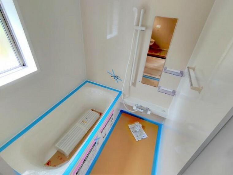 居間・リビング 【同仕様写真】浴室はハウステック製の新品のユニットバスに交換します。足を伸ばせる1坪サイズの広々とした浴槽で、1日の疲れをゆっくり癒すことができますよ。 収入 印紙