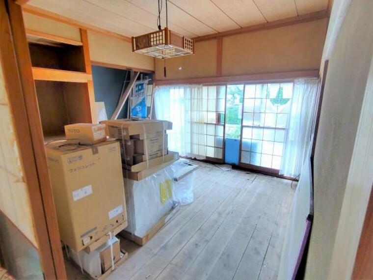 【リフォーム前】約8帖洋室です。現在和室ですが、フローリング張りを行い洋室に変更します。押入・床の間はクローゼット収納になるので洋服の収納には困りません。