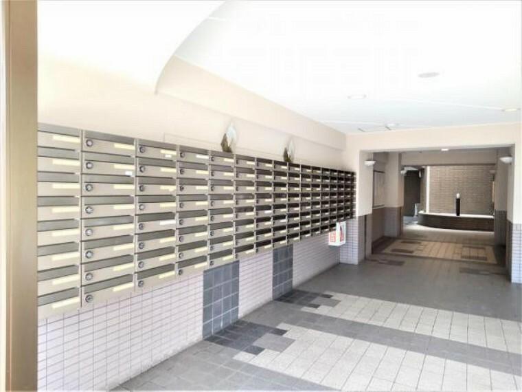 ロビー 【共用部】エントランスロビーとなります。4棟が同一敷地内にあるマンションで、管理人室や集合ポストはこちらにございます。