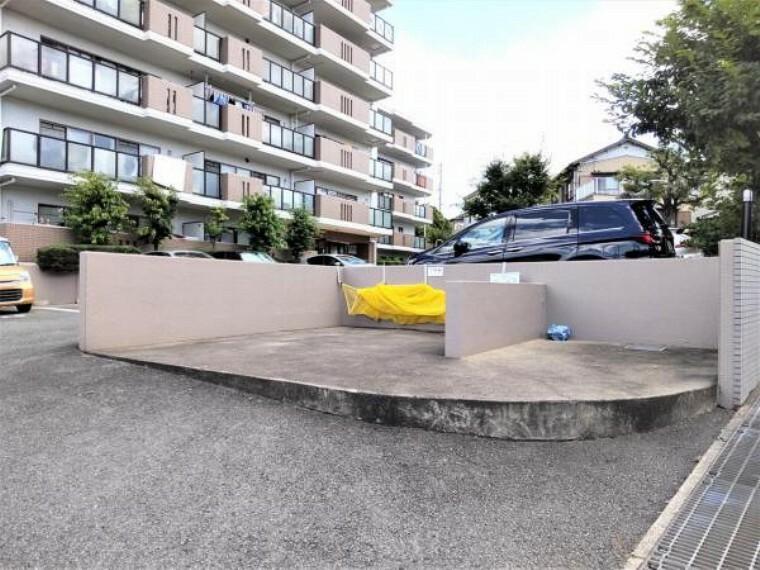 駐車場 【敷地内駐車場】敷地が広く、平面式の駐車場となります。ゴミ出し場所も敷地内もあるので、日々のゴミ出しも楽ですね。