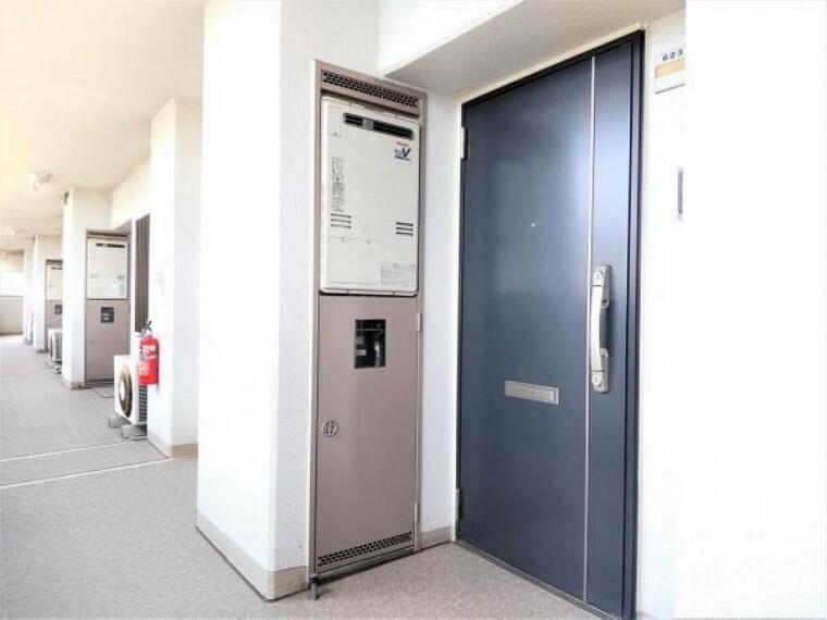 玄関 【共用部】住戸の玄関扉、共用廊下です。屋外廊下になりますが、屋根はあるので雨の日でも安心です。
