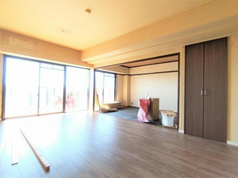 居間・リビング 【リフォーム中】カウンターキッチン前にダイニングテーブル、ベランダ側にソファやローテーブルが配置できる広さがあります。床材は重張りしてクロス貼替、設備は新品交換して一新致します。