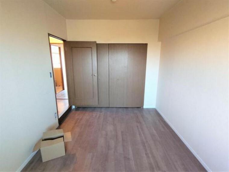 【リフォーム中】北西側の6.5帖洋室。フローリングとクロス貼替、収納はクローゼット化し照明は新品を設置します。ダブルサイズのベッドが置けるので、主寝室におすすめのお部屋です。