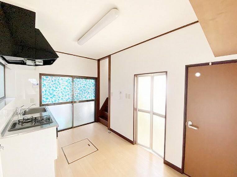キッチン 明るい自然光が入る作業スペースを多くとった壁付けキッチン採用。夫婦揃ってキッチンに立っても調理がしやすく、家事をしながら会話も弾みます。