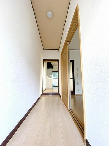玄関から洋室・ダイニングへと続く廊下