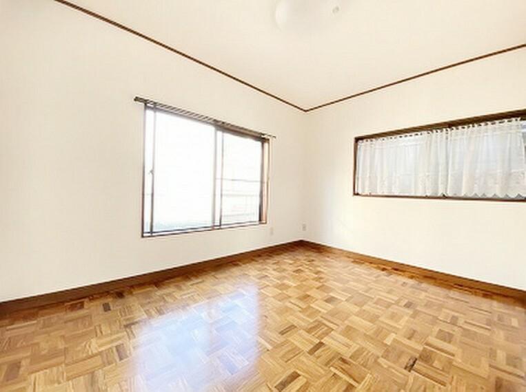 2階 洋室 家具の配置のし易い室内です