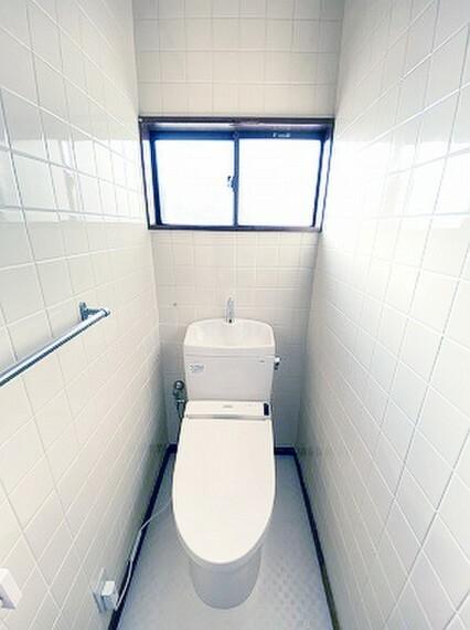 トイレ 小窓を設置する事により明るく、通気性の良いトイレとなっております。
