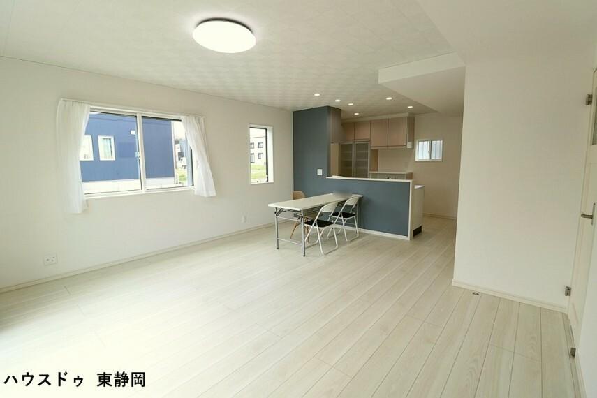 居間・リビング タイル調の天井がお洒落なリビング。明るい色のフローリングのためお部屋も明るい印象になりますね。