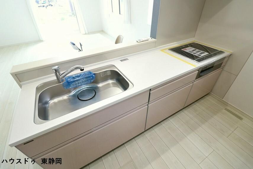 キッチン カウンタータイプのキッチンのためリビングを伺いながら作業ができます。