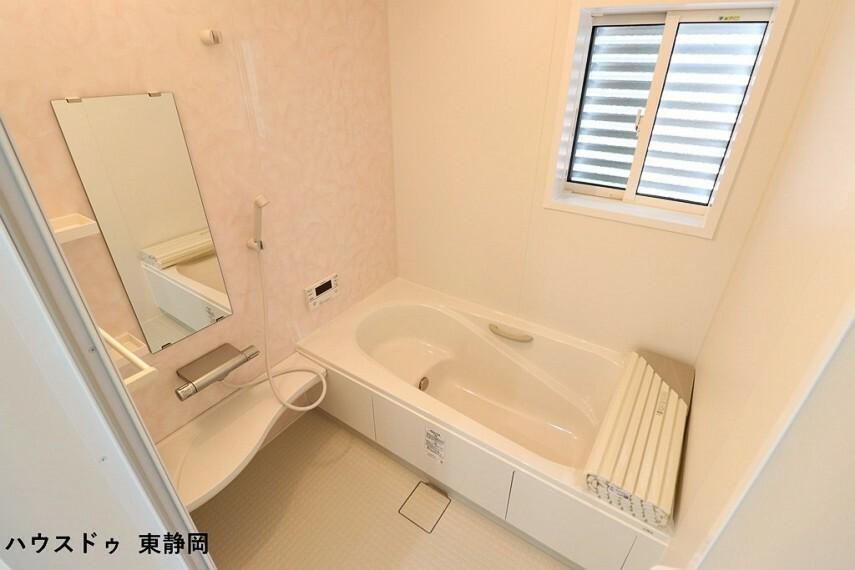 浴室 ピンクを基調とした可愛らしい浴室 ベンチタイプの浴槽は、お子様に座っていただけるので、お風呂も一緒に入りやすいですね