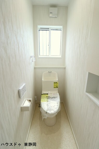 トイレ トイレには戸棚を設けており、トイレットペーパーのストックや替えのタオルなどの収納にお使い頂けます。洗浄機能付き。