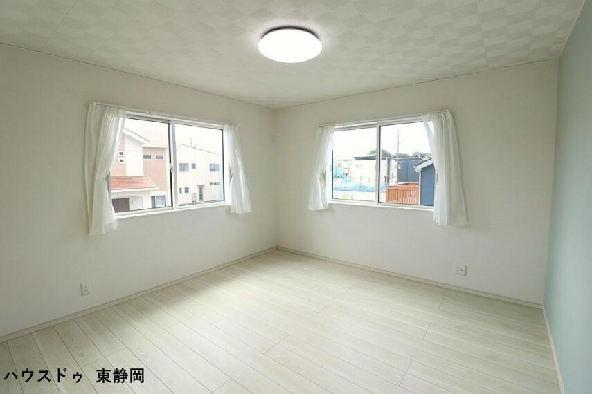寝室 8.5帖洋室。明るい洋室は家具を置いてもゆったりスペースがあります。