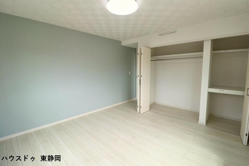 寝室 8.5帖洋室。大きなクローゼットが付いているのですっきりと空間を使えます。ブルーのアクセントクロスがお洒落ですね
