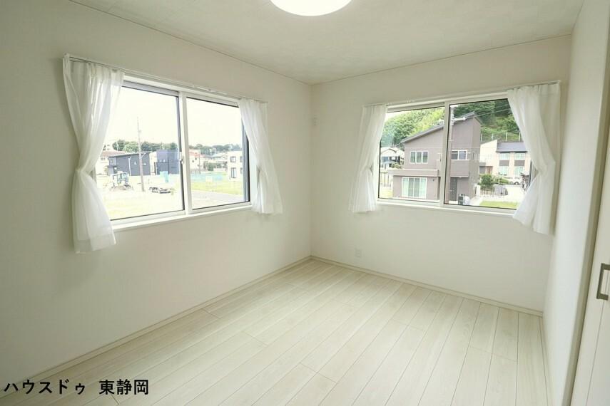 洋室 6.5帖洋室。2面採光で明るい室内空間です。