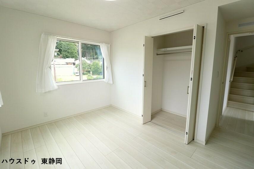 洋室 6.5帖洋室。こちらもクローゼットが付いてるので、収納もたくさん出来てスッキリしますね