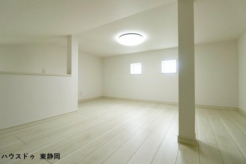小屋裏収納には季節家電の他にレジャー用品などを片づけることができます。階段で昇降も楽々です!