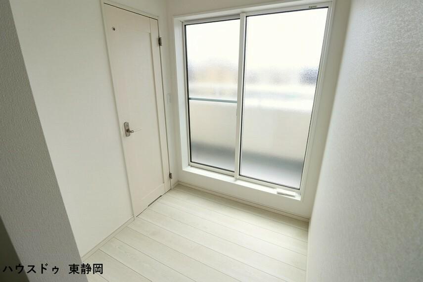 バルコニー前の廊下が広いので、雨の日はこちらで室内干しもできますね。窓には曇りガラスを使用!