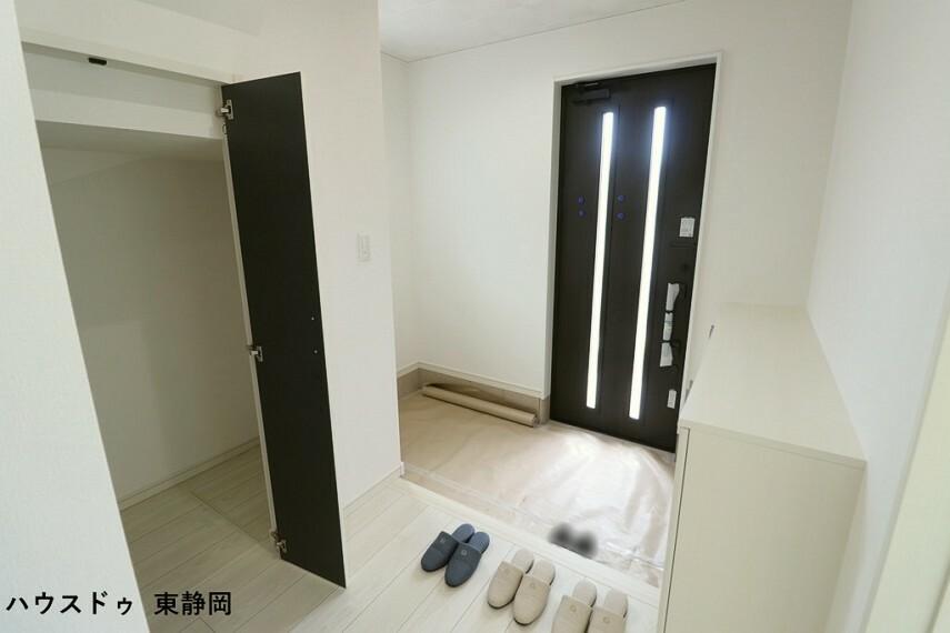 玄関 玄関はタタキ部分も広く、ベビーカーなどの大きなものも置けます。収納もたっぷり入るので、玄関がスッキリしますね