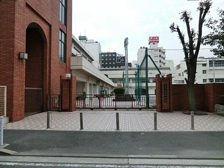 中学校 横浜市立横浜吉田中学校 横浜市は外国人が多く、公立の学校でありながらたくさんの外国人がおり国際色豊かな学校となっているそうです。