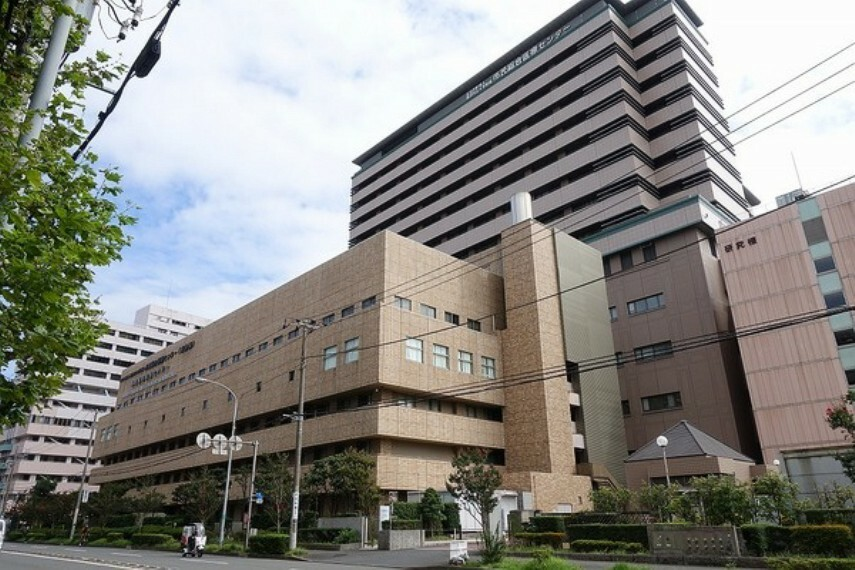 病院 公立大学法人横浜市立大学附属市民総合医療センター 「頼れる病院ランキング」において、2012年、2013年に全国1位に選出されたこともある病院。いざという時に助かります。