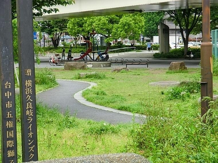 公園 阪東橋公園 ベンチが多くちょっとした休憩に使う方が多いです。