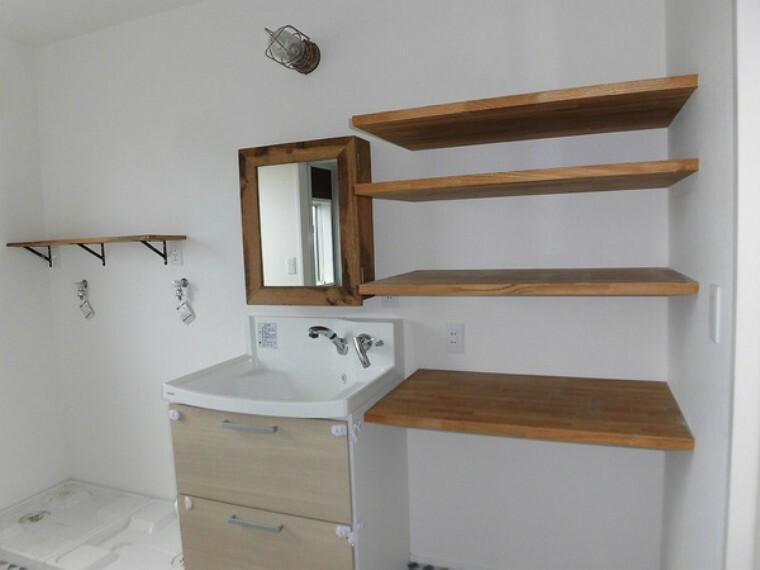 洗面化粧台 何かと物の増える洗面所。洗面所は広々しており、収納もあるためとても便利です。