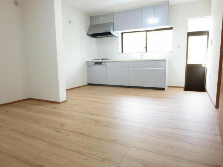 居間・リビング 【リフォーム済】2部屋を改装し、リビング新設しました。床はフローリング施工、壁・天井はクロスを張り、照明新設しました。