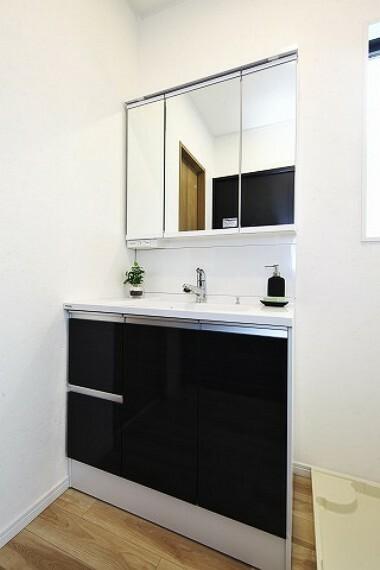 洗面化粧台 朝の身支度便利な独立洗面台