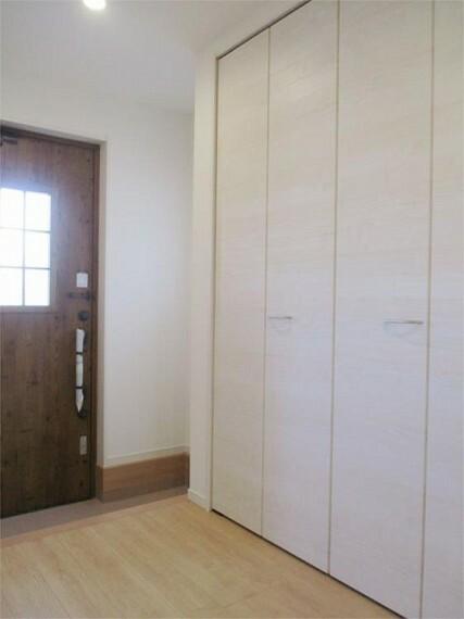 同仕様写真(内観) 施工例:玄関 やわらかな日差しが差し込む明るい玄関!