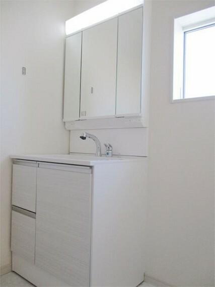 同仕様写真(内観) 施工例:パウダールーム   内観 三面鏡収納付シャンプードレッサーは歯ブラシもスッキリ!