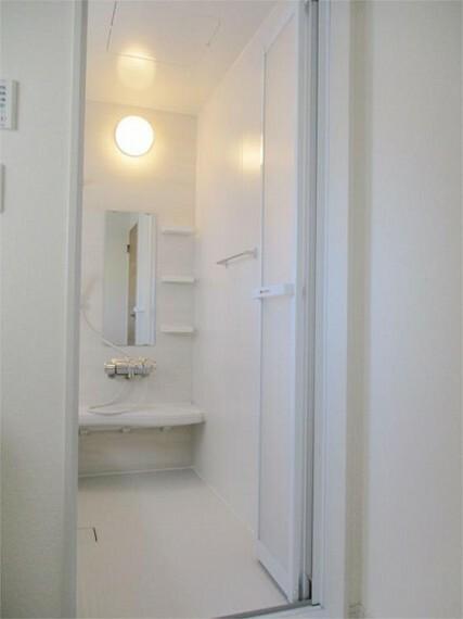 同仕様写真(内観) 施工例:浴室 折れ戸&バスタオルハンガー