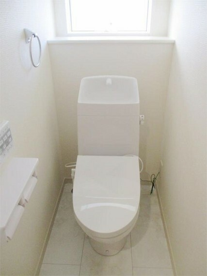 同仕様写真(内観) 施工例:トイレ 1階ウォッシュレット付きトイレも窓がさわやか