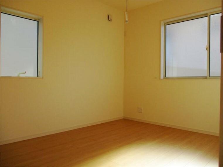 同仕様写真(内観) 施工例:主寝室 居室1主寝室、8帖+2面採光で+ウォークインクローゼット!