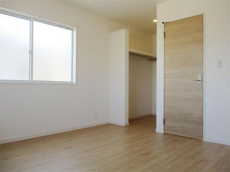 同仕様写真(内観) 施工例:主寝室居室1大き目ウォークインクローゼットはパパとママが仲良く収納!