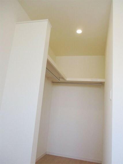 収納 施工例:主寝室居室1、大収納力のウォークインクローゼットの枕棚付きパイプハンガーはL型についています