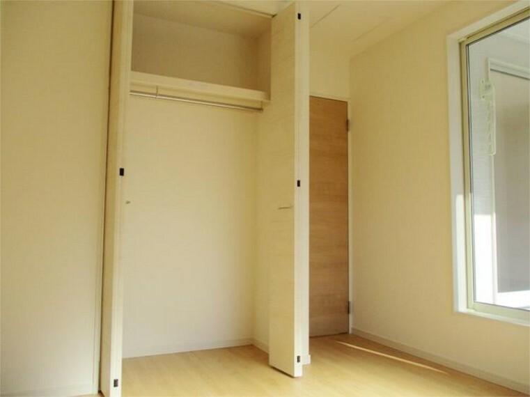 同仕様写真(内観) 施工例:洋室 居室2、クローゼットの充実はお片付け上手に!