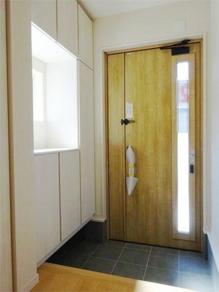 同仕様写真(内観) 施工例:玄関 日差しが心地よく差し込む明るい玄関には大きなシューズクローゼット!
