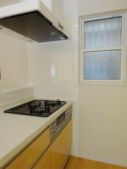 同仕様写真(内観) 施工例:キッチンキッチン横の窓から柔らかな日差しが空気もきれいで爽やか
