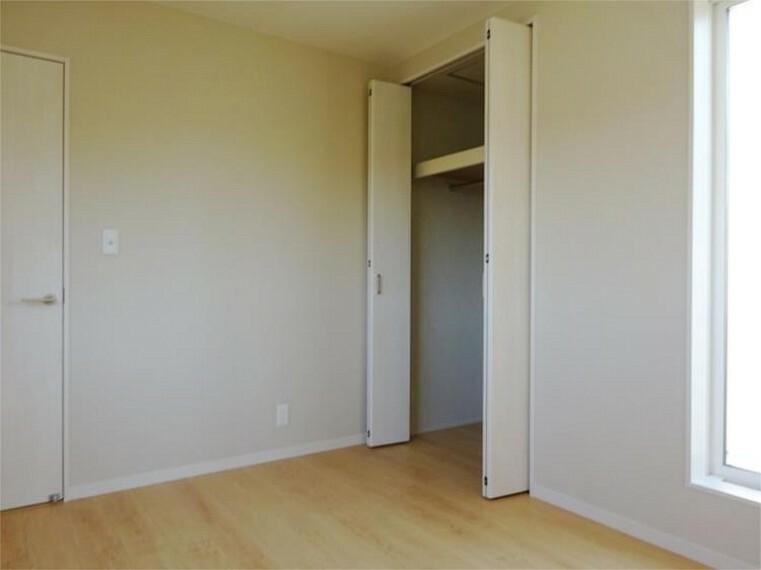 同仕様写真(内観) 施工例:洋室2居室2、充分な大きさのクローゼットでお部屋スッキリ