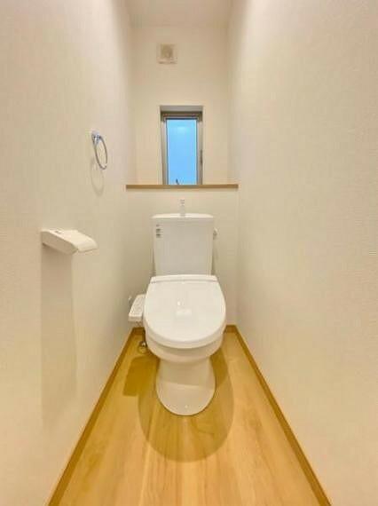 トイレ ●1号棟(撮影2021年7月)● 白で統一された清潔感のあるトイレ!