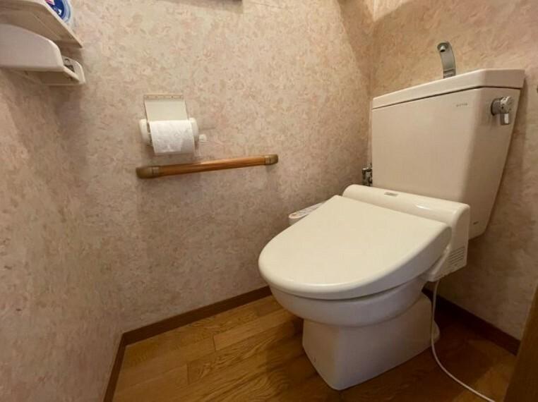 トイレ 温水洗浄便座付きです。