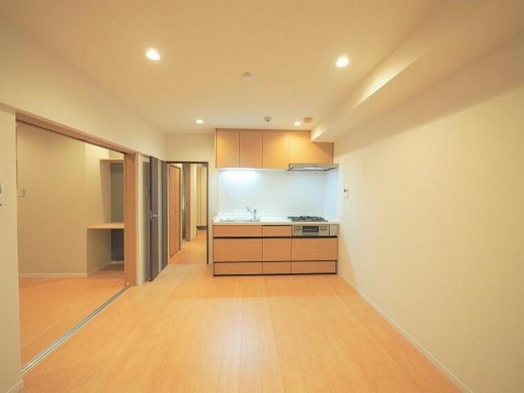 キッチン ダイニング&キッチン。9.6帖のDKは5.3帖の洋室と続き間。南側バルコニーに面し明るいお部屋。