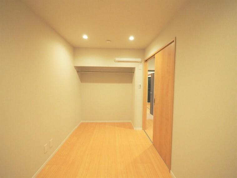 オープンクローゼット付き5.8帖洋室。
