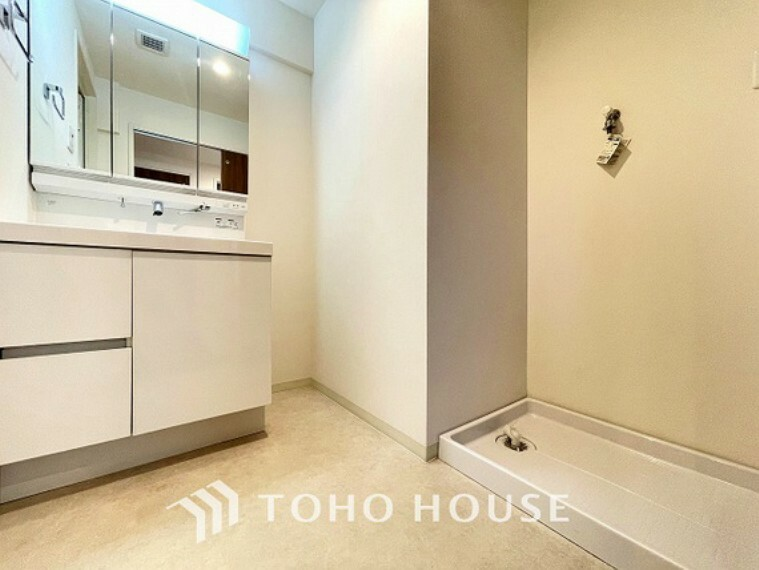 洗面化粧台 ナチュラルで、落ち着きを感じさせる空間の洗面所。洗面台上に取り付けられた照明が優しい印象を与えてくれるので、朝の準備もスムーズに進みそうですね。
