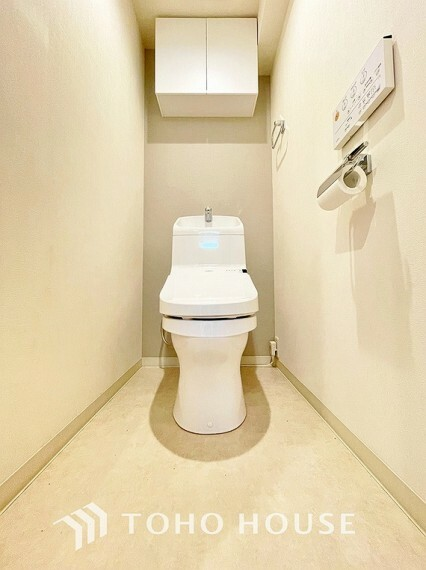 トイレ トイレは快適な温水洗浄便座付です。手洗い一体型のトイレ設備はスペースの節約ができ、ゆったりとした空間が確保できます。節水も期待できますね。