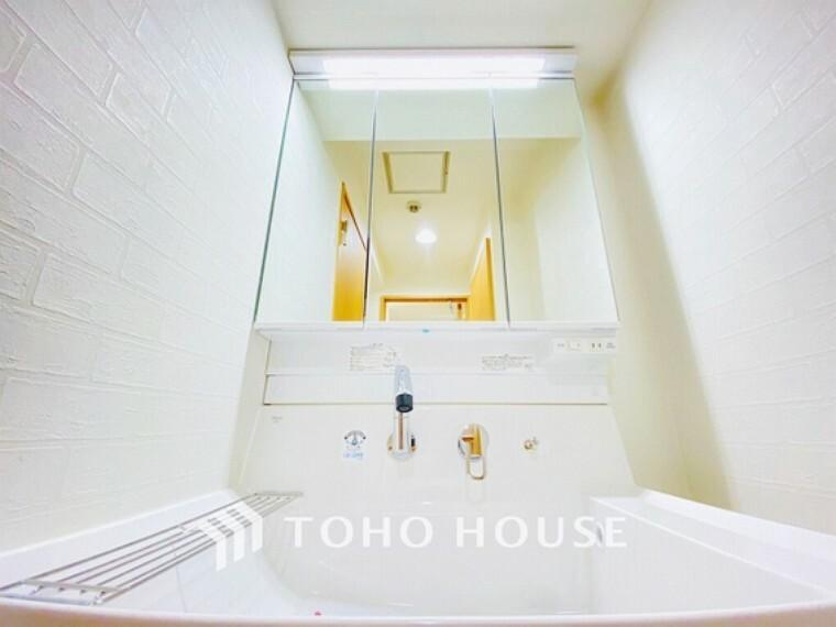 洗面化粧台 洗面台には三面鏡を採用。身だしなみを整えやすい事はもちろんですが、鏡の後ろに収納スペースを設ける事により、散らかりやすい洗面スペースをすっきりさせる事が出来るのも嬉しいですね。