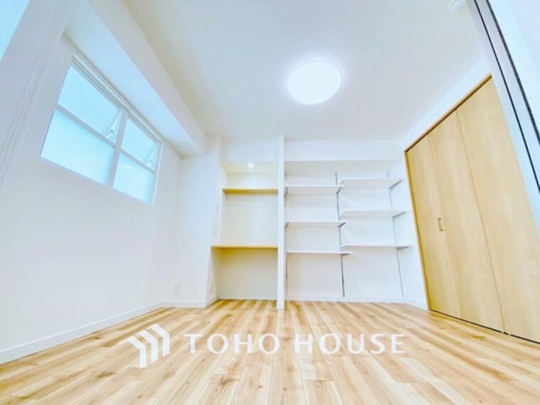 洋室 温もりある自然光を感じていただける居室です。飽きのこないナチュラルカラーの床にホワイトの壁紙は、色褪せることのない心地良さを作ります。