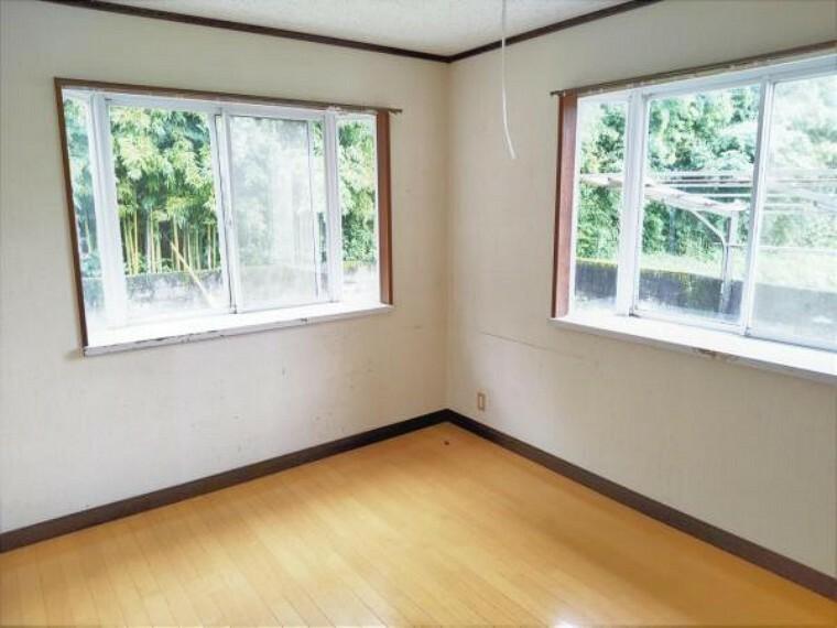 【リフォーム前写真】東側洋室6畳のお部屋です。これからフローリング重張り、壁・天井クロス張替え、照明交換を行います。